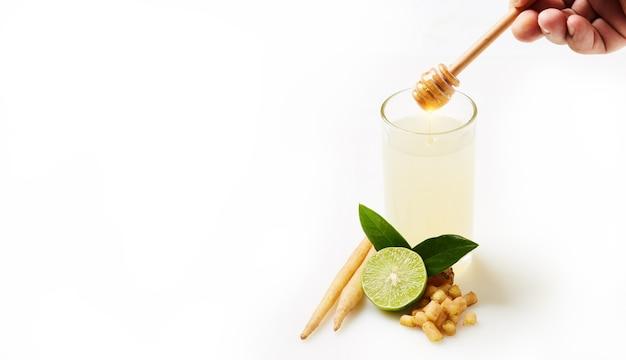건강을 위해 꿀과 레몬 주스를 섞은 캠페리아, covid-19를 예방하는 허브 음료