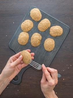 休日のためのクッキーの手動生産。エジプトクッキー「kahk el eid」の準備-el fitr islamic feastのクッキー。ラマダンのお菓子