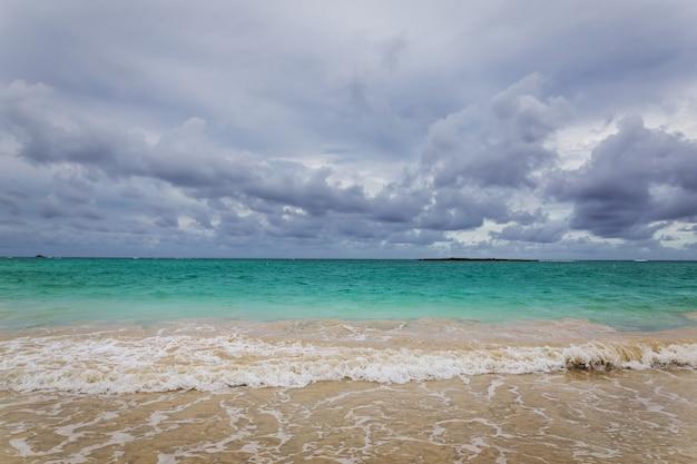 ハワイ、オアフ島の美しい青緑色の水とカイルアビーチ