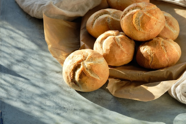 カイザー、またはダークグレーのパンバスケットのウィーンパン