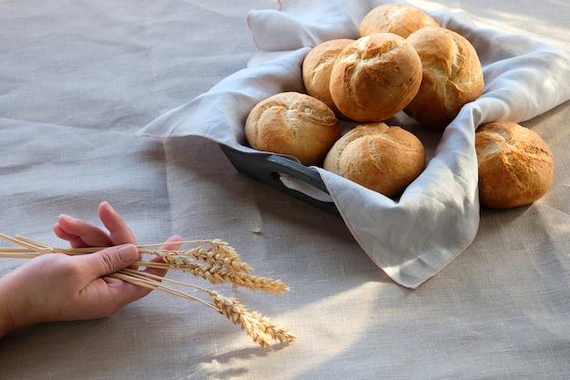 カイザーまたはウィーンはタオルでパンかごに転がります。