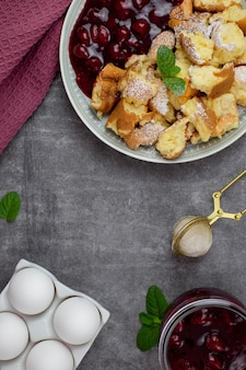 Kaiserschmarrenまたはkaiserschmarrnは、粉砂糖とベリー、チェリーソース、またはローテグリュッツェジャムを使った伝統的なオーストリアまたはドイツの甘いパンケーキデザートです。