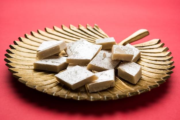 Каджу катли, популярный индийский сладкий бурфи, приготовленный с использованием молока, хойи, кешью и сахара.
