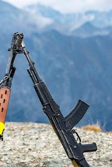 コーカサス山脈を背景にカラシニコフのアサルトライフル。