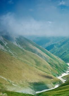 カルダマ峠、3062 m、キルギスタン西部のジャララバード地域の山岳道路地区。