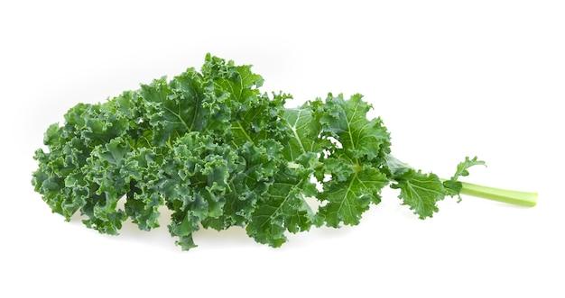 白い背景で隔離のケールの葉サラダ野菜