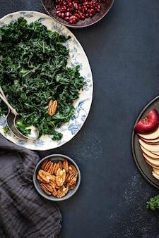 ザクロとリンゴのケールサラダとピーカンナッツのフードフォトグラフィー