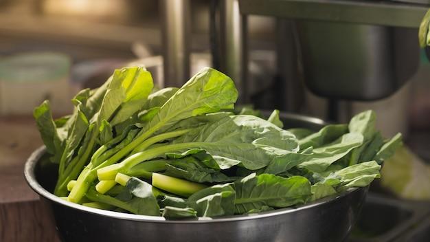 調理用に準備された盆地のケール野菜