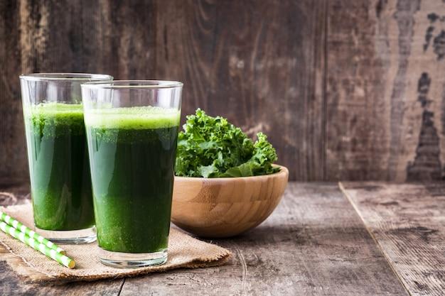 Kale льстец в стекле на деревянной копией пространства