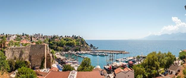 Порт калеичи, исторический центр анталии, яхты и прогулочные катера в бухте калеичи. старинные постройки турции, туристическое место
