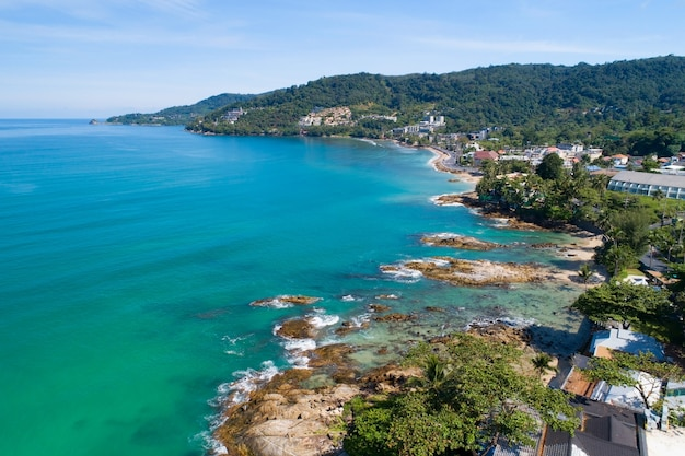 2021년 9월 16일부터 2021년 9월 16일까지 태국 푸켓 칼림 해변 안다만 해의 놀라운 해변 아름다운 바다 공중 보기 드론 카메라 높은 각도 보기.