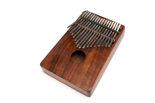 Kalimba 또는 mbira는 금속 절연체가 있는 나무 판자로 만든 아프리카 악기 kalimba입니다.
