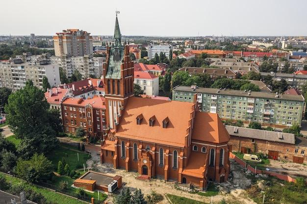 칼리닌그라드, 러시아, 2020년 9월 - 칼리닌그라드 필하모닉의 조감도. 성가정의 키르케. 건설은 1904-1907년에 이루어졌습니다.