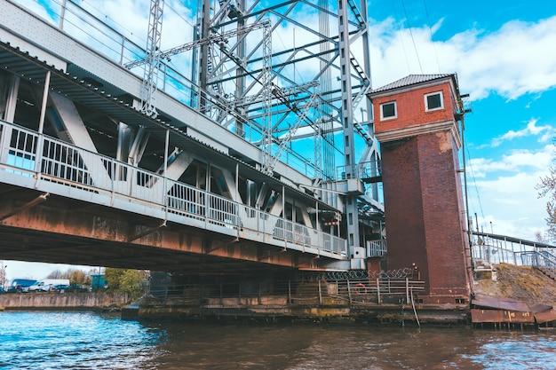 Калининградский двухуровневый мост в ясный день. кирпичная смотровая башня у моста