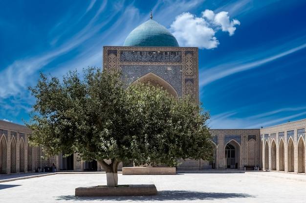 부하라 우즈베키스탄의 poi kalyan 종교 단지에 있는 kalyan mosque에는 아름다운 푸른 구름 하늘이 있습니다. kalyan mosque 유네스코 세계 문화 유산