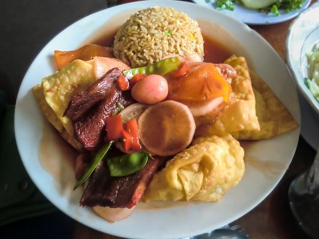チャウファライスペルー料理とカムルウォントン料理