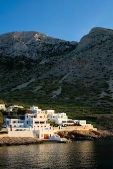 サンセットギリシャのシフノス島に伝統的な白い家があるカマレスの町