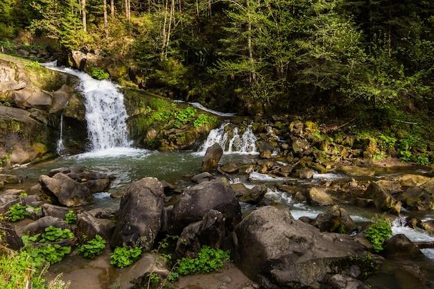 ウクライナ、カルパティア山脈の滝kameneckkiy