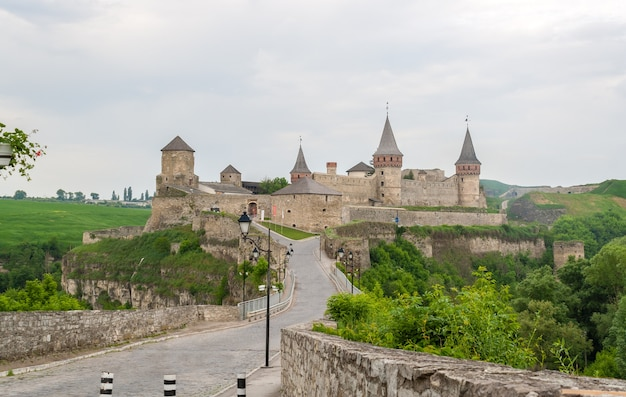 Каменец-подольский замок. вид со стороны старого города. украина