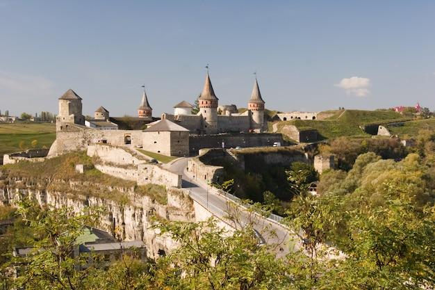 Kamianets-podilskyiの城の夏景色