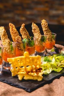 Креветки канапе в соусе с салатом, вид сбоку