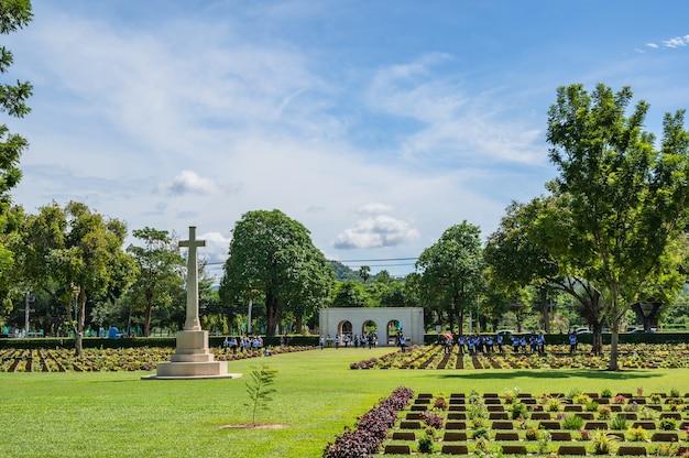 칸차나부리/태국-9 8월 2020: 칸차나부리 전쟁 묘지는 버마 철도 건설 중 일본 투옥 피해자를 위한 전쟁 묘지의 주요 포로입니다.