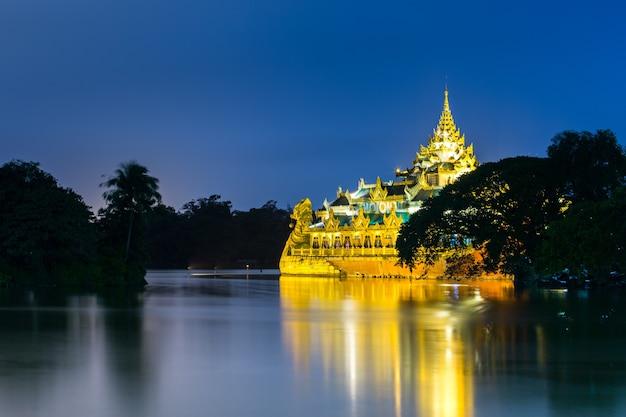 Парк кандоджи в янгоне, мьянма