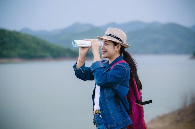 Счастливая молодая азиатская девушка на национальном парке kang kra chan таиланде