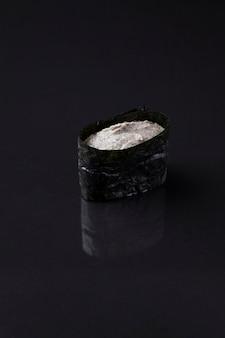 Кани мисо суши на темном фоне