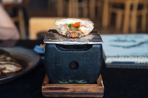 Кани мисо с икрой креветок эбико в крабовой ракушке на гриле на японской печи