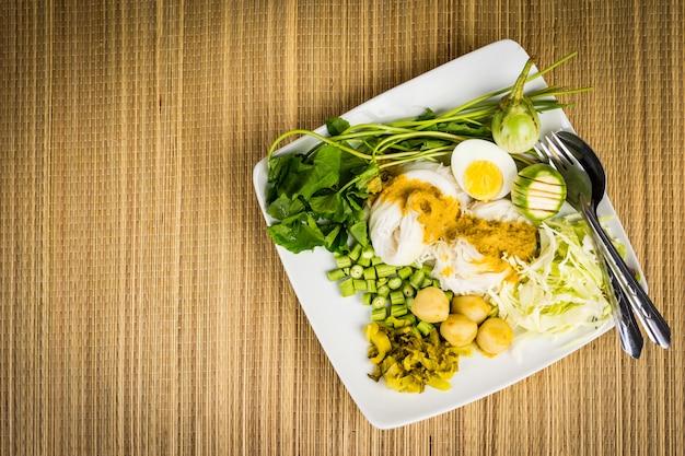 Местная рисовая вермишель и соус карри с овощами (kanom jeen nam ya)