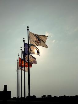 Канзас-сити, канзас. флаги вооруженных сил развеваются у памятника священникам, служившим в армии.