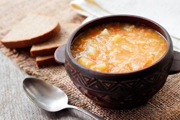 Kapustnyak-ザワークラウト、キビ、肉の伝統的なウクライナの冬のスープ