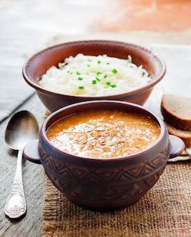 Kapustnyak、ザワークラウト、キビ、肉の伝統的なウクライナの冬のスープ