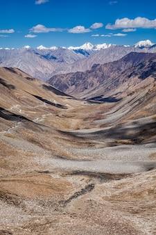 カラコルム山脈と渓谷、ラダック、インドの道路