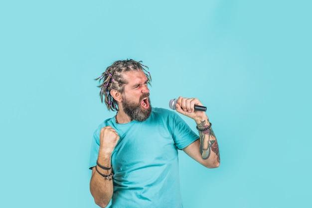 Караоке человек поет с микрофоном бородатый мужчина поет в микрофон микрофон поет песню в