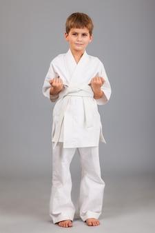 白い着物を着た空手少年