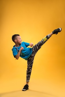 Каратэ мальчик, который демонстрирует свой удар.