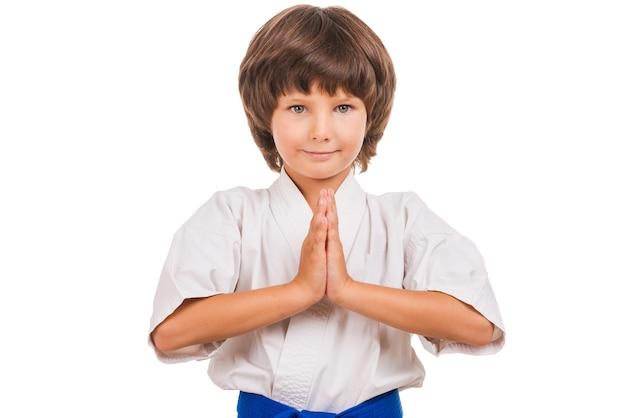 空手少年。空手のポーズの小さな男の子。空手の振り付けの位置。 Premium写真