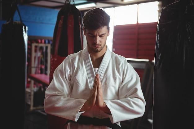 祈りのポーズの空手選手