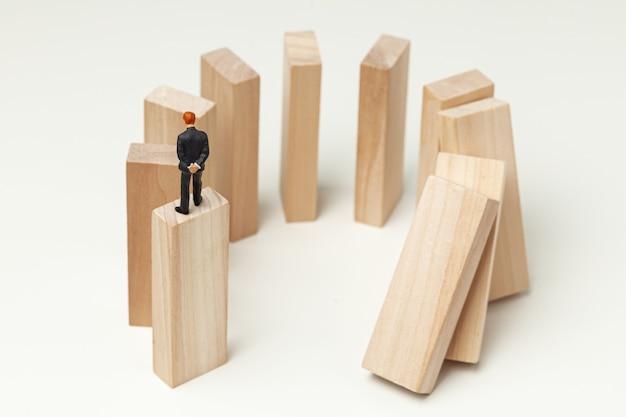 Карма, как падающие домино. бизнесмен толкает домино и ожидает и анализирует результат.