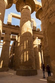 룩소르의 나일 계곡에 있는 고대 이집트의 카르낙 신전 거대한 조각품