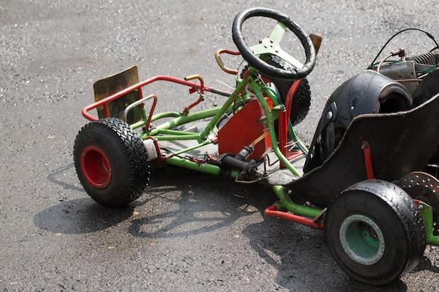 カート-カートサーキットのヘルメットをかぶったドライバー