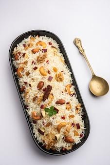 バスマティライスをスパイスで調理し、サフランとドライフルーツで味付けしたカシミールピラフ