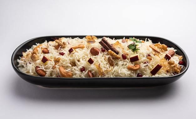 향신료로 조리하고 사프란과 건조 과일로 맛을 낸 basmati 쌀로 만든 kashmiri pulao