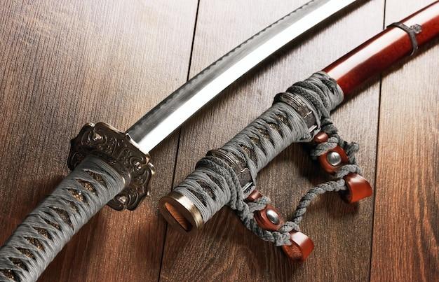 Катана японские мечи на деревянном фоне