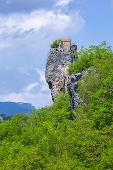 Столп кацхи. достопримечательности грузии. мужской монастырь у села кацхи