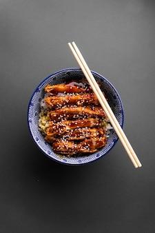 Кацудон жареный цыпленок с рисом в миске