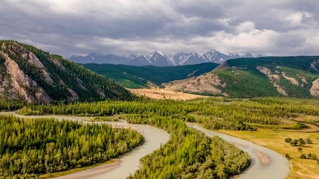 カトゥニ川ターコイズブルーの水と岩の多い海岸アルタイ山脈ロシア