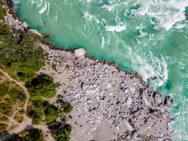 カトゥニ川ターコイズブルーの水と岩の多い海岸アルタイ山脈ロシアaã'â'aã'â空撮